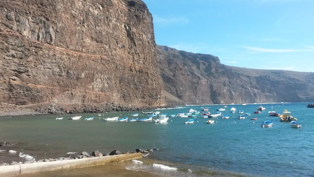 Vueltas-stranden med båtar i vattnet och berget i bakgrunden
